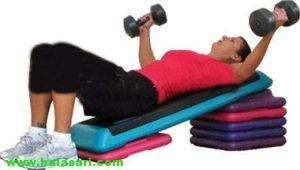 بزرگ کردن سینه با ورزش بازکردن دست با وزنه به حالت پروازی