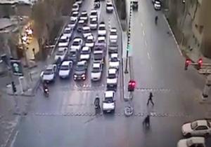 بی توجهی به چراغ قرمز و تصادف با عابر پیاده + فیلم