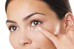 پف زیر چشم | دلیل و درمان پف زیر چشم