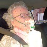 پیرزنی که از درون ماشین یخ زده نجات یافت!!! +تصویر