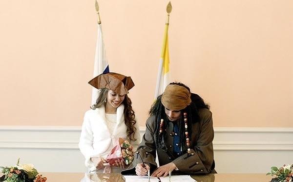 ازدواج با لباس دزدان دریایی در روسیه (عکس)